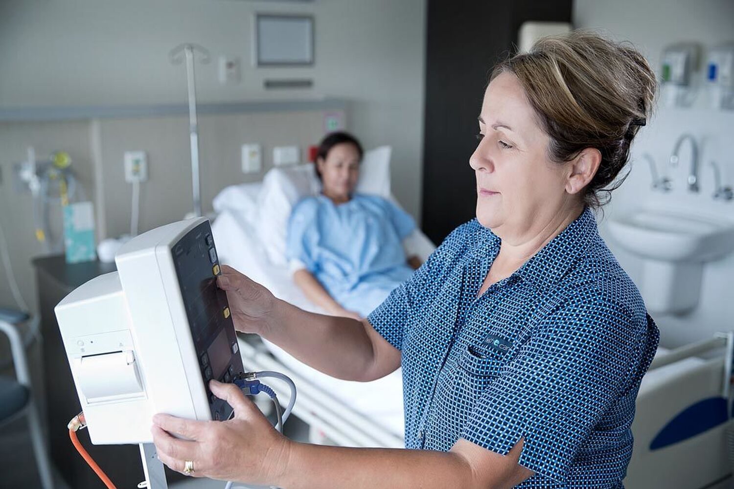 Surg Lng Nurse Checking Monitor
